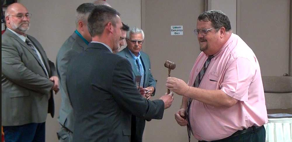 Jon Johnson Photo/Gila Valley Central: Former Safford Mayor Chris Gibbs, right, hands over the gavel to his successor, Jason Kouts.